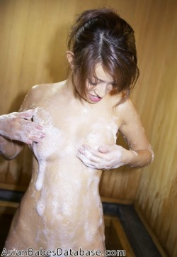 japanese-girl-bathing-01