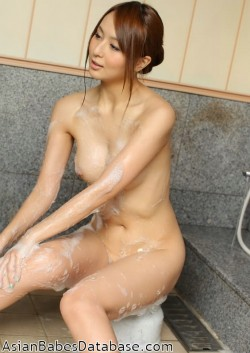 japanese-girl-washing-body-03
